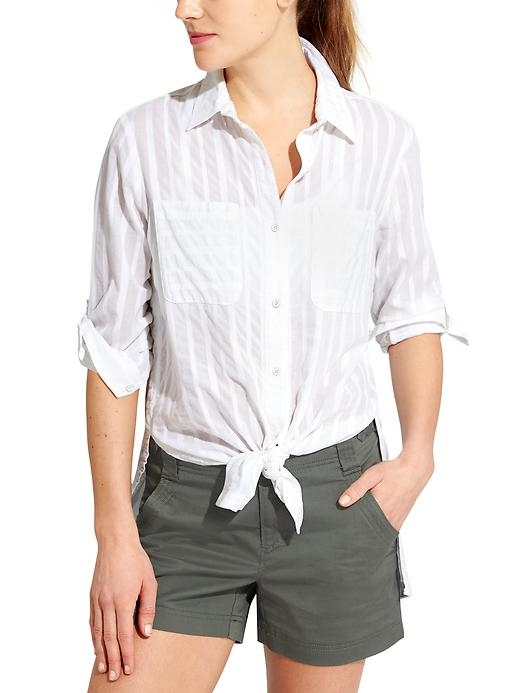 Rollable cuffs and a front-tie option give this button-up, CYA length shirt multiple ways to layer, wear and look great.