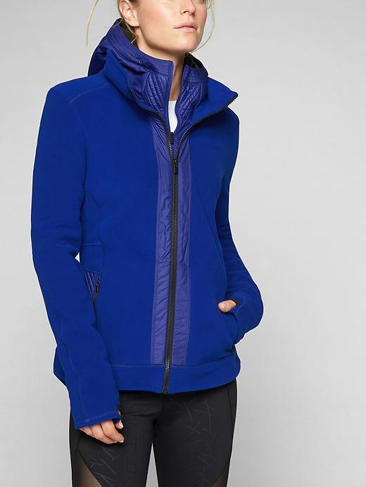 With sleek lines that go from street to trail, this double-sided fleece jacket with stretch for great mobility gives you the ultimate insulation on cold days and can be worn on its own on cool days.