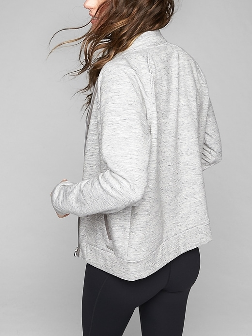 We recreated our go-to fall hoodie in a stylish bomber silhouette, with a just-right relaxed fit, cozy, fleece-backed inner fabric, and pockets to stash essentials.