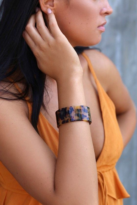 "Add a trendy twist to any look with the Lulus Vaidehi Tortoise Acrylic Cuff Bracelet! Sleek acrylic, in a black and brown tortoise design, shapes this cute cuff bracelet. Bracelet has a 2.5"" diameter and adjusts slightly. Man made materials. Imported. Lulus 