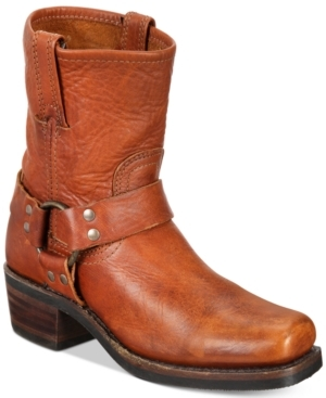 The Frye Harness boot is American craftsmanship at its best. Highlighted with rugged harness detail, Frye's pull-on Harness boots, Highlighted with rugged harness detail, are inspired by the Civil War cavalry.